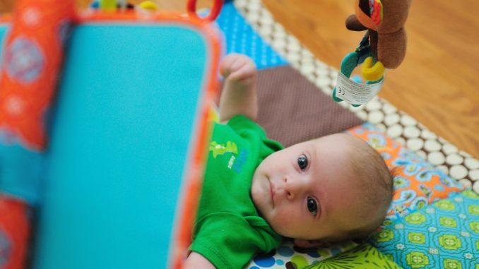 Quand bébé peut-il utiliser un tapis d'éveil